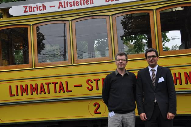 Daniel Issler Gesamtleiter Limmattalbahn AG (r.) und Architekt Jürg Senn (l.) vor der Strassenbahn «Lisbethli»