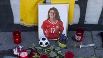 Blumen und Kerzen für die verstorbene Schweizer Nationalspielerin Florijana Ismaili. (Keystone)