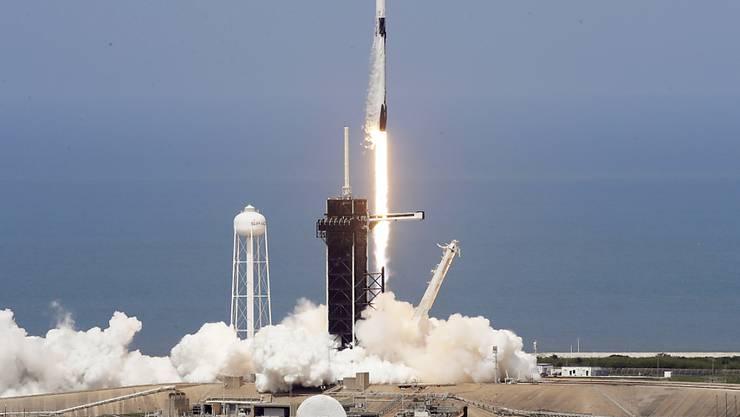 """Die US-Astronauten Robert Behnken und Douglas Hurley hoben am Samstag in einer """"Crew Dragon""""-Raumkapsel mit einer """"Falcon 9""""-Rakete vom Weltraumbahnhof Cape Canaveral ab."""