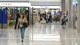 Shops im Zürcher Hauptbahnhof: Viele Geschäfte trotzen dank den Pendlerströmen und den liberalen Öffnungszeiten der Online-Konkurrenz und dem Einkaufstourismus.