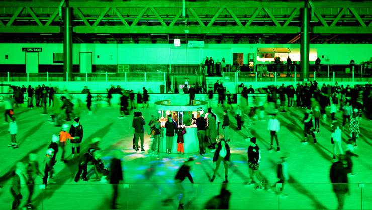 Die Eisdisco im Sportzentrum Zuchwil lockte 500 Besucher an.
