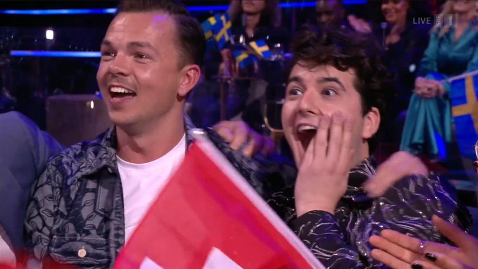 Die Schweiz erhält von mehreren Ländern 12 Punkte, Gjon's Tears kann es kaum fassen.