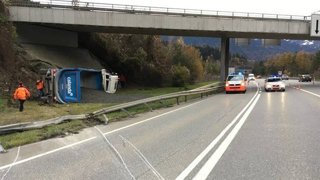Verkehrsunfall mit grossem Sachschaden auf der A13.