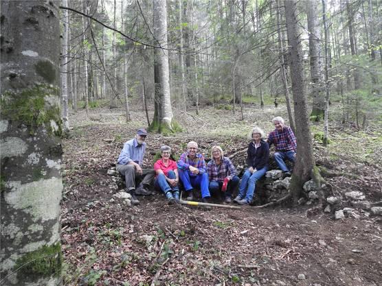 Im Schitterwald forschten Walter und Maja Schaffner, Anton Fluri, Vera Schlittler, Ylva Backman (Kantonsarchäologie) und Urs Schlittler (von links) in den letzten Jahren nach der Glaserei-Geschichte. Jetzt ist diese aufgearbeitet.