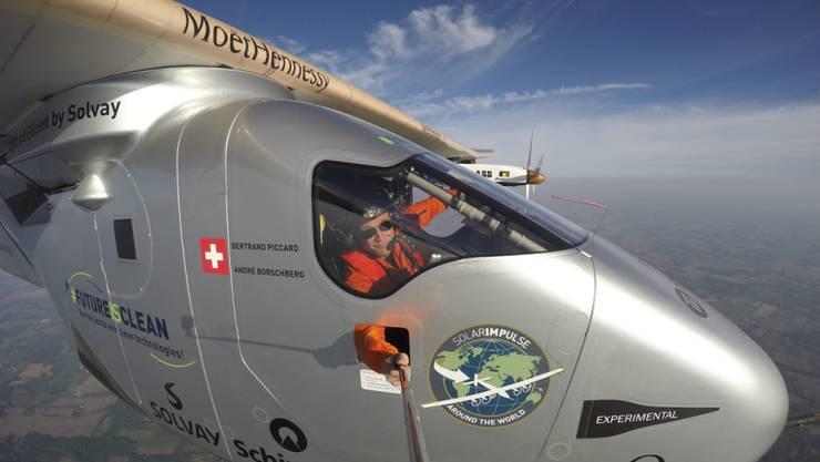 Experten sind sich über den Nutzen des Solar-Impulse-Fluges um die Erde nicht einig. Im Bild Bertrand Piccard beim Aufnehmen eines Selfie aus dem Cockpit. (Archivbild)