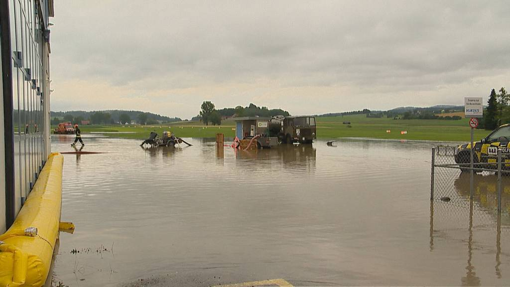 Bach über Ufer getreten: Flugplatz unter Wasser