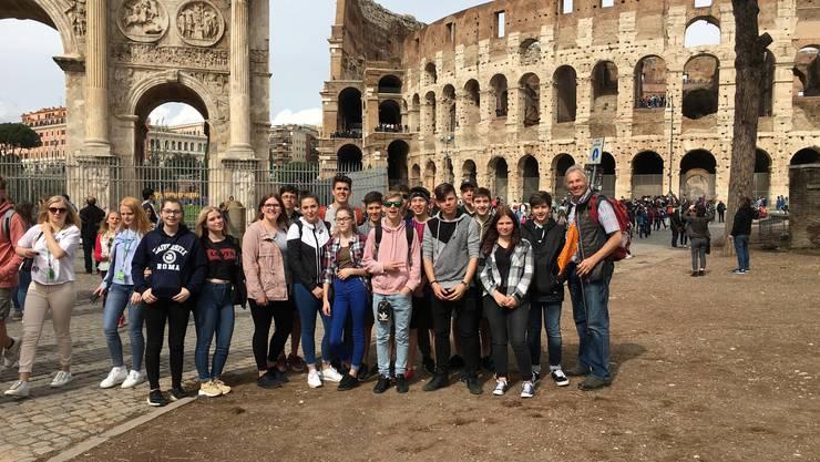 Die Konfgruppe vor dem Colosseum in Rom