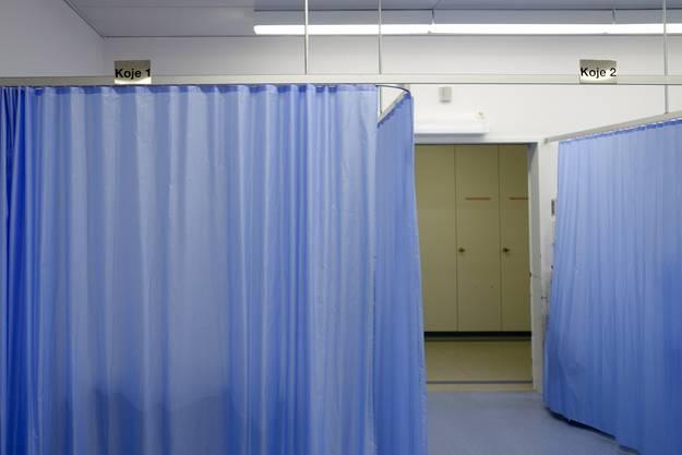 Einige Behandlungskojen im alten Trakt des Notfallzentrums werden durch Vorhänge getrennt.