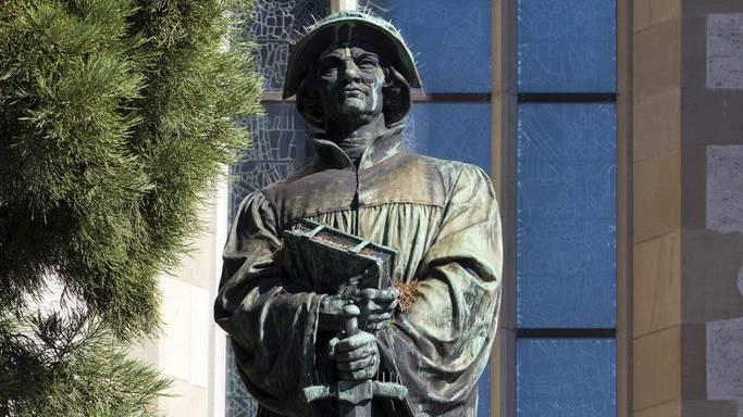 Die Ulrich Zwingli Statue bei der Wasserkirche in Zürich.