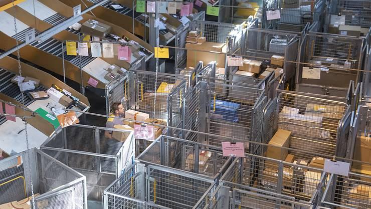 Die Post erlebte 2019 eine Paketschwemme. Mit über 148 Millionen verarbeiteten Paketen verzeichnete sie wiederum einen Allzeitrekord. (Archivbild)