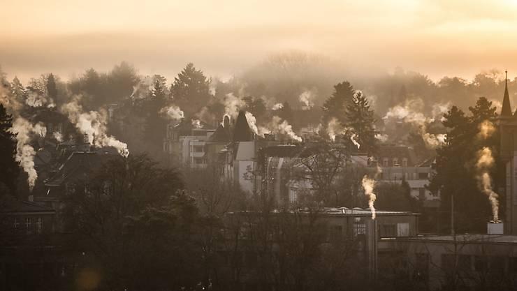 Rauchende Schornsteine in der Stadt Bern, idyllisch und umweltschädigend zugleich. Der Bund will deshalb die Abgasgrenzwerte für Heizungen verschärfen - und stösst mit seinem Vorhaben auf Kritik. (Themenbild)