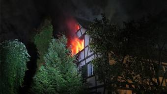 In diesem Fachwerkhaus brannte der Dachstuhl völlig aus. Zum Glück wurde niemand verletzt.Bild: Polizei BL (Allschwil, 21. August 2016)