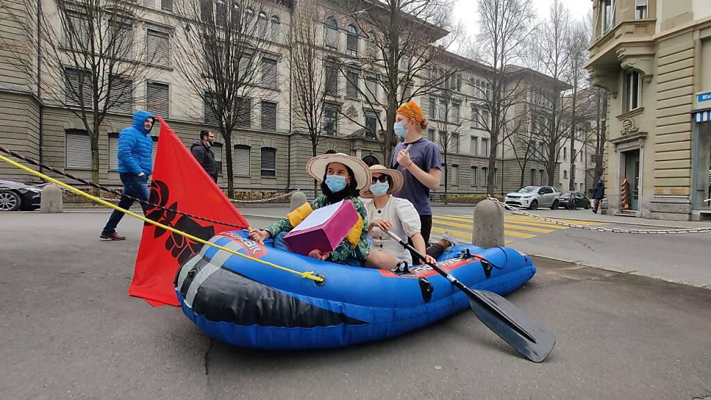 Luzerner Juso überbringen die gesammelten Unterschriften für die Initiative zur Aufwertung des Reussufers in der Stadt Luzern.