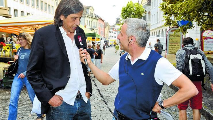 «Eine vo do»: Dani Fohrler (rechts) spricht auf dem Gemüsemarkt mit Autor Pedro Lenz, der den Durchschnitt liebt. (Bild: Oliver Menge)