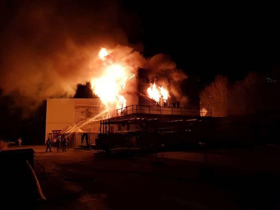 Die Feuerwehr löschte die Flammen noch am selben Abend, stand wegen Glutnestern aber bis nach Mitternacht im Einsatz.