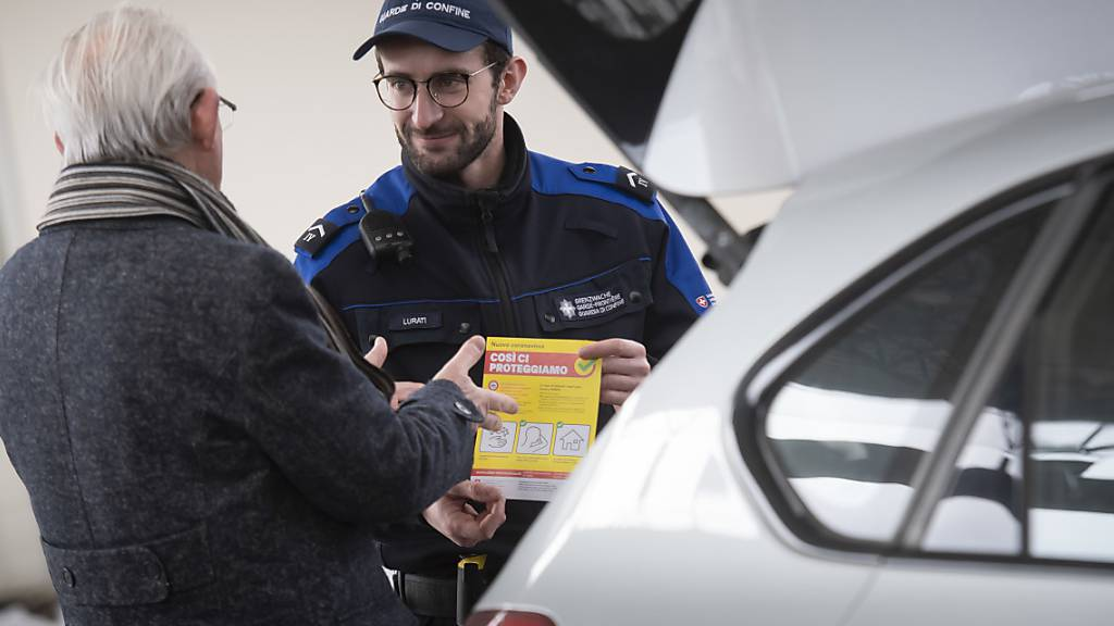 BAG informiert Einreisende im Tessin mit Flyern und Plakaten