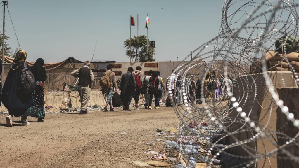 Beton und Stacheldraht sollen den Flughafen in Kabul schützen. Foto: Sgt. Isaiah Campbell/U.S. Marine Corps via AP/dpa - ACHTUNG: Nur zur redaktionellen Verwendung und nur mit vollständiger Nennung des vorstehenden Credits