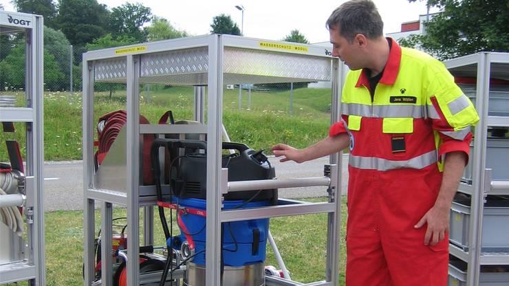 Feuerwehroffizier Jens Witter erklärt die Funktion des Wassersaugers auf dem Modul «Wasserwehr».