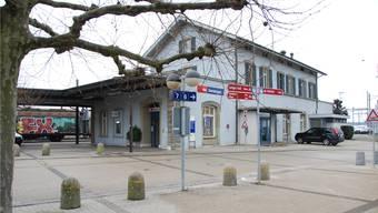 Das Bahnhofgebäude aus nördlicher Sicht. Der Windfang beim Eingang sowie die WC-Anlagen des ehemaligen Bahnhofbuffets werden abgebrochen.