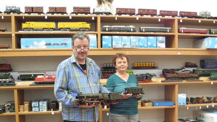Stefan und Ursula Stöckli präsentieren Sammlerstücke, die am Freitag und Samstag versteigert werden.