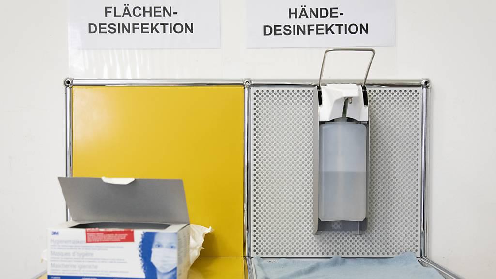 Ein Tisch mit Desinektionsmitteln und Schutzmasken im Contact Tracing-Zentrum des Kantons Bern. (Symbolbild)