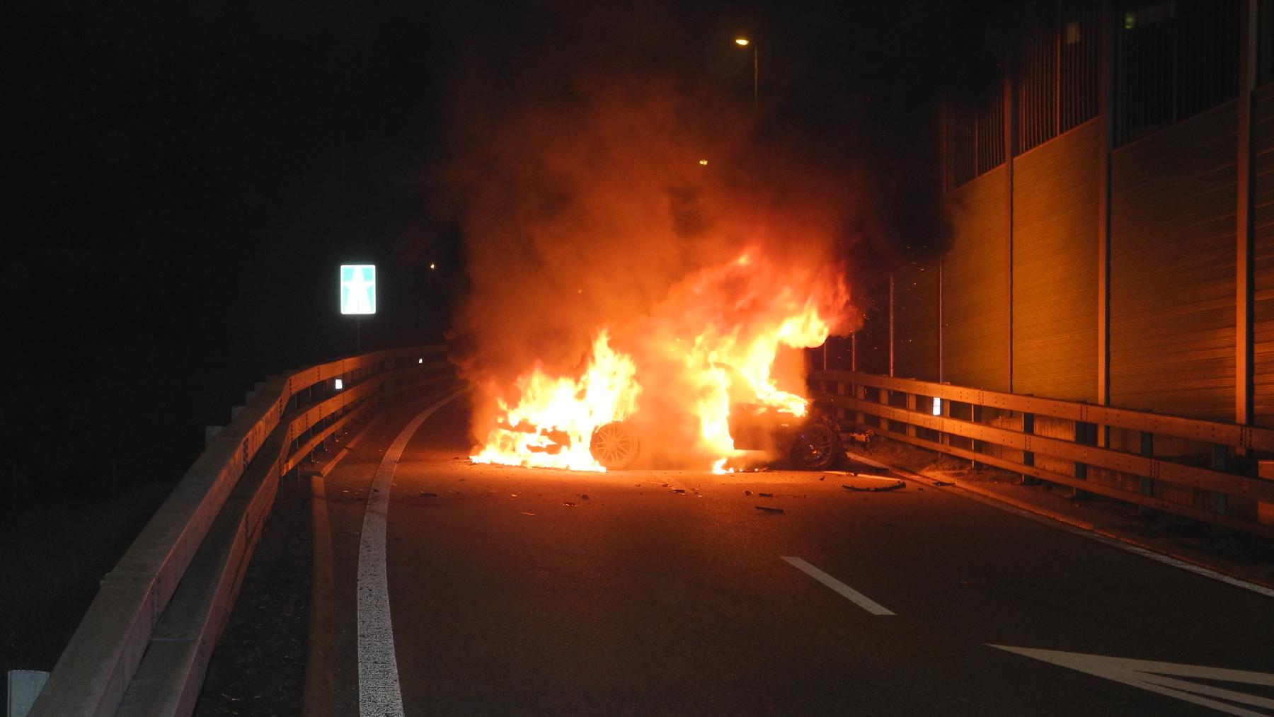 Fahrzeug geriet auf Autobahn in Brand.