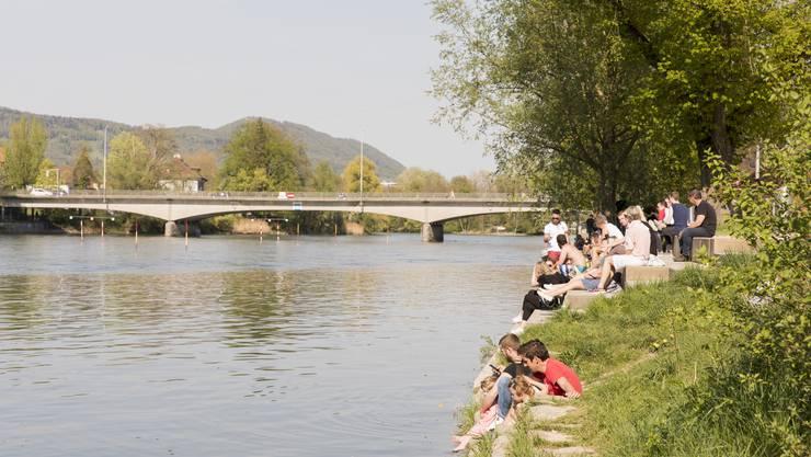 Die Aarauer und Aarauerinnen geniessen die Sonne an der Aare beim Summertime.