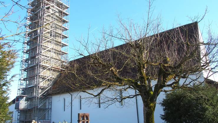Der Kirchturm wird sich schon bald wieder im ursprünglichen Zustand – mit Verputz – präsentieren