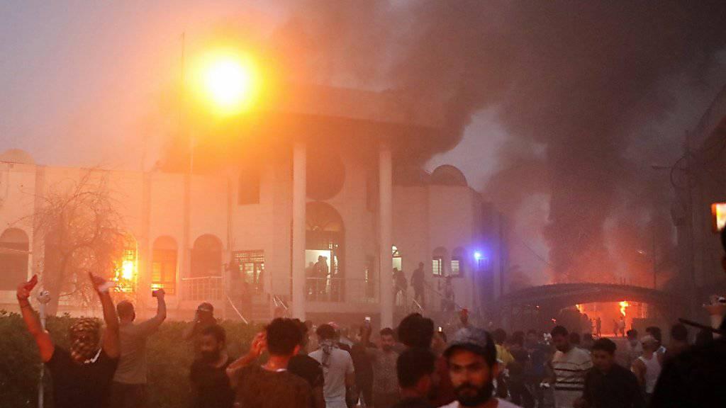 Anhaltende Proteste in der irakischen Stadt Basra: Demonstranten stürmen das iranische Konsulat und legen Feuer. (Archivbild)