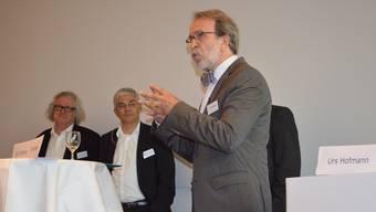 Theo Wehner (rechts) referiert über die Flexibilität der älteren Arbeitnehmerinnen und Arbeitnehmer. René Bossard (links) und Thomas Buchmann (Mitte) hören zu.