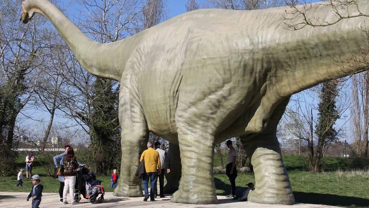 Das Wahrzeichen des Park im Grünen, der Betondinosaurier, ist für Kinder der ideale Spielplatz.