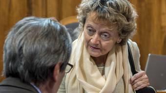 Finanzministeirn Eveline Widmer-Schlumpf in einer Diskussion mit einem Ständerat: Die Bundesrätin rechnet bald auch mit einer Diskussion über eine weitergehende Steueramnestie (Archiv)