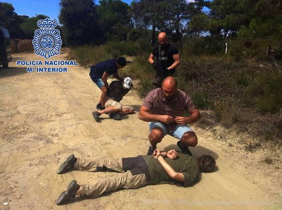 Das Foto der spanischen Polizei zeigt die Festnahme des mutmasslichen Mörders Jos B. (55, vorne). Dank eines DNA-Tests kam die Polizei ihm auf die Spur.