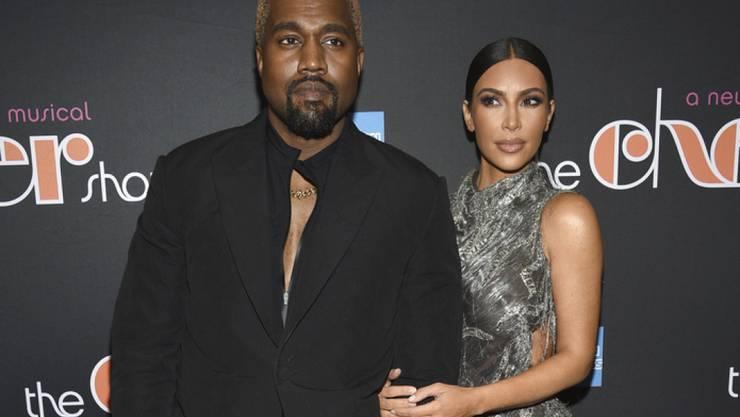 """""""I got you babe"""": US-Rapper Kanye West, links , und Ehefrau Kim Kardashian West wurden an der Premiere des """"Cher Show""""-Musicals am Broadway sentimental."""