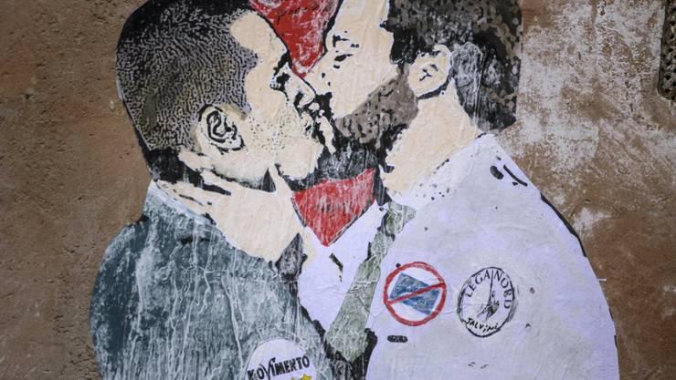 Berlusconi will ihrer Einigung nicht mehr im Weg stehen: 5-Sterne-Chef Luigi Di Maio (l.) und Lega-Vorsitzender Matteo Salvini auf einem Sgraffito in Rom.