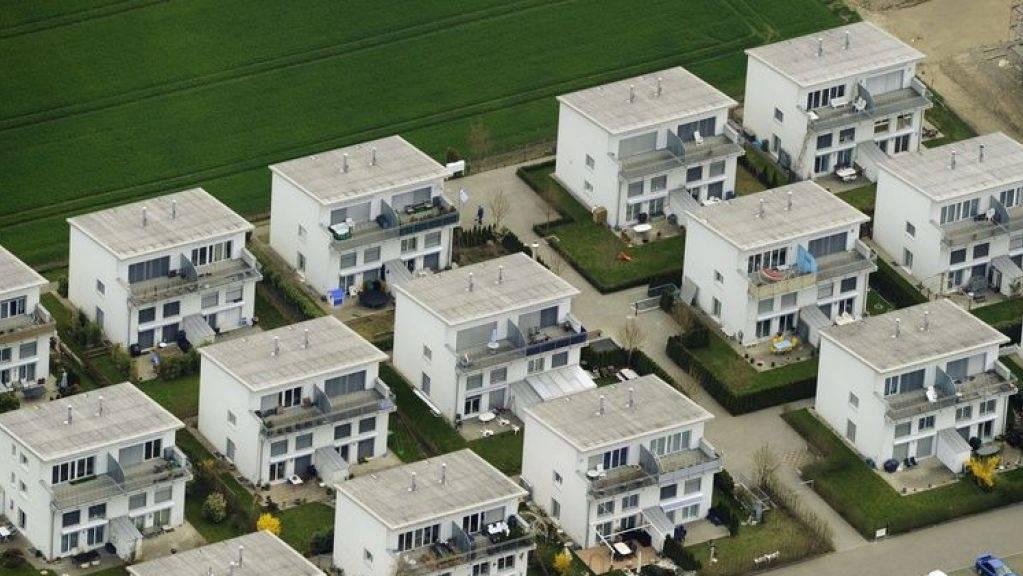 Wohnen im Einfamilienhaus ist in der Schweiz ein seltenes Privileg: 22,6 Prozent der Schweizer Wohnbevölkerung lebte 2017 im freistehenden Häuschen. Nur drei Länder in Europa haben noch weniger nicht angebaute Eigenheime: Malta 5,3, Spanien 12,3 und die Niederlande 17 Prozent. (Archivbild)
