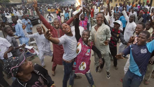 Tausende Menschen strömten auf die Strassen, um Buhari zu feiern