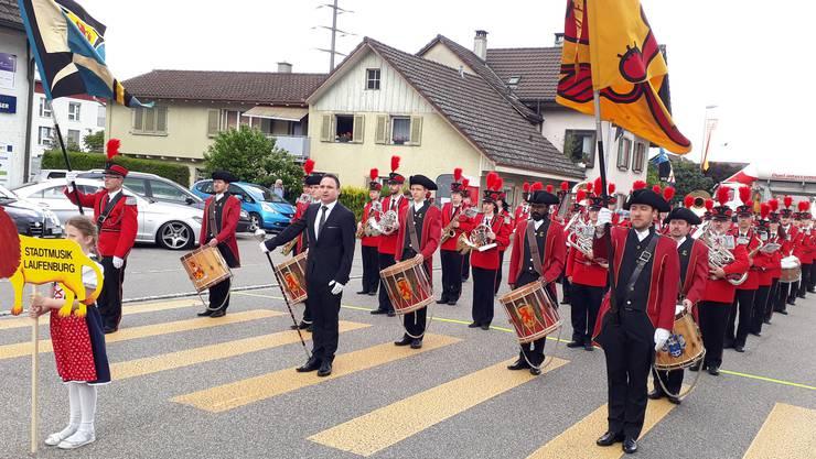 Die Stadtmusik Laufenburg, angeführt vom Tambourencorps Laufenburg, auf der Paradestrecke