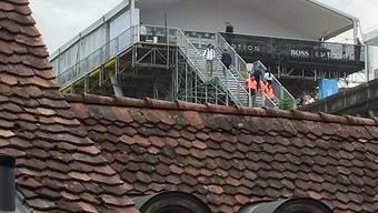 Über den Ziegeldächern der Berner Altstadt erhebt sich die VIP-Zone der Formel-e.