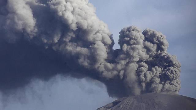 Der Vulkan Calbuco stösst Rauchwolken aus