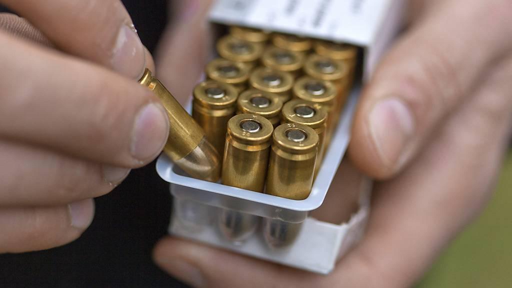 Ein früherer Schwyzer Kantonspolizist muss sich wegen illegalen Munitionshandels vor dem Bundesstrafgericht verantworten. (Symbolbild)
