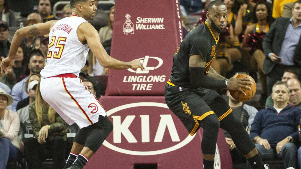 Thabo Sefolosha (links) stoppt Clevelands Superstar LeBron James (rechts)