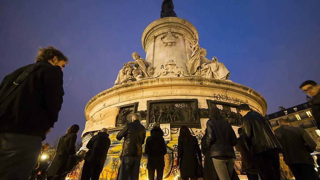 Am symbolträchtigen Place de la République gedachten hunderte Menschen am Samstagabend den Opfern der Terrorschläge von Paris.