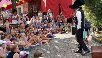 Arthur Roscha bietet Erlebniszauberei für Kinder auf dem Kirchplatz.