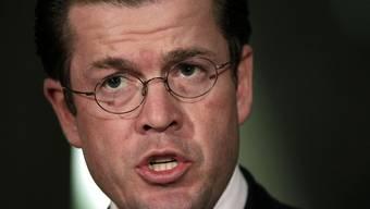 Der deutsche Verteidigungsminister Guttenberg räumt Fehler ein (Archiv)