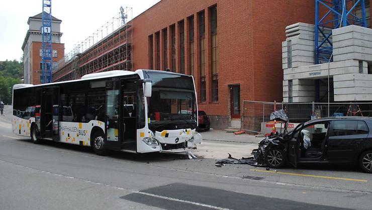 Bus gegen Auto: Bei der Frontalkollision in Schaffhausen wurden am Freitag fünf Personen verletzt.