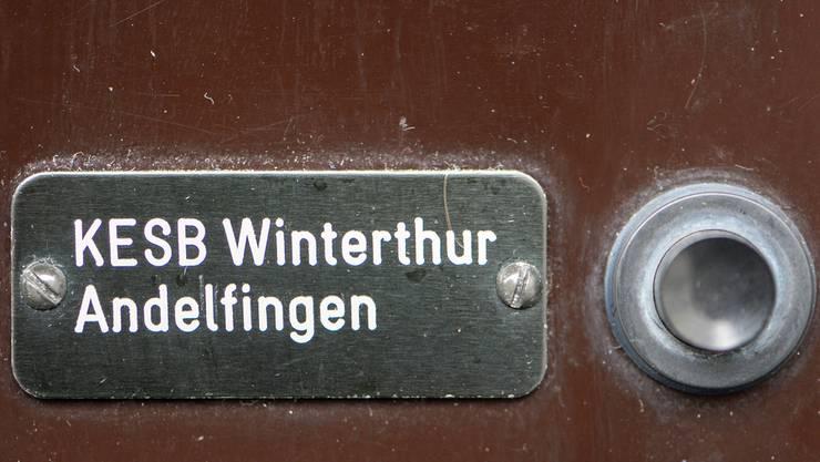 Klingel der Kindes- und Erwachsenenschutzbehoerde (KESB) in Winterthur.
