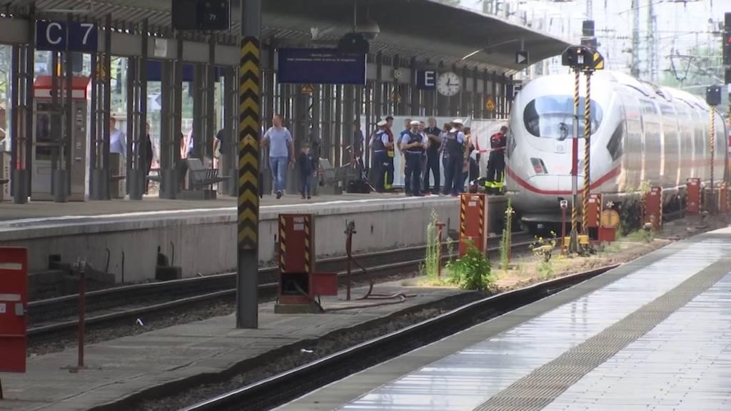 Fremder schubst in Frankfurt Frau und Kind vor ICE