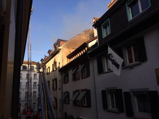 Am Morgen nach dem nächtlichen Brand raucht es immer noch aus dem Gebäude.