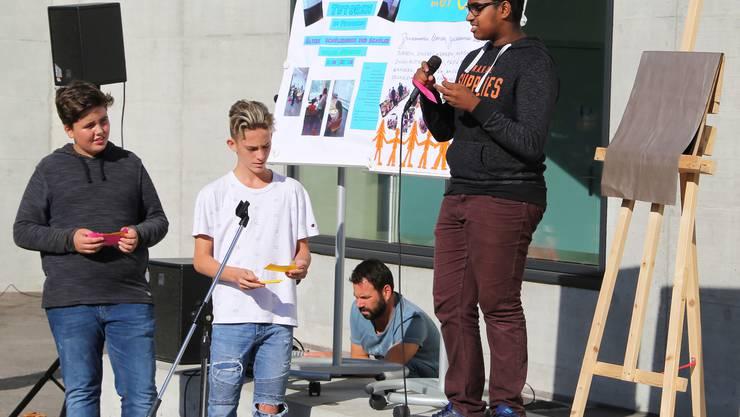 Die Schüler stellten an der Feier drei Projekte des sozialen Lernens vor.
